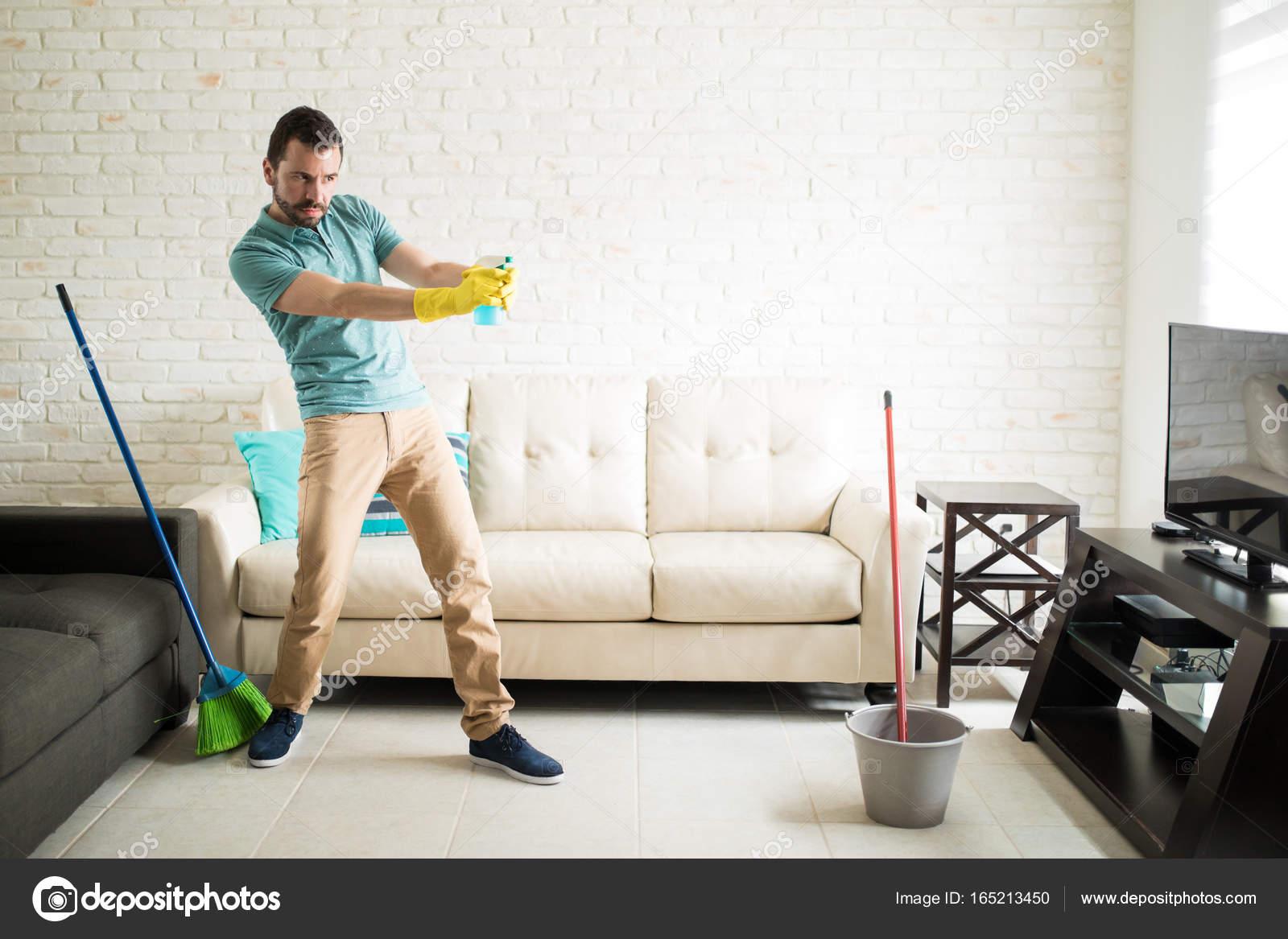 7c993a2700 άνθρωπος διατηρώντας το σπίτι καθαρό — Φωτογραφία Αρχείου © tonodiaz ...