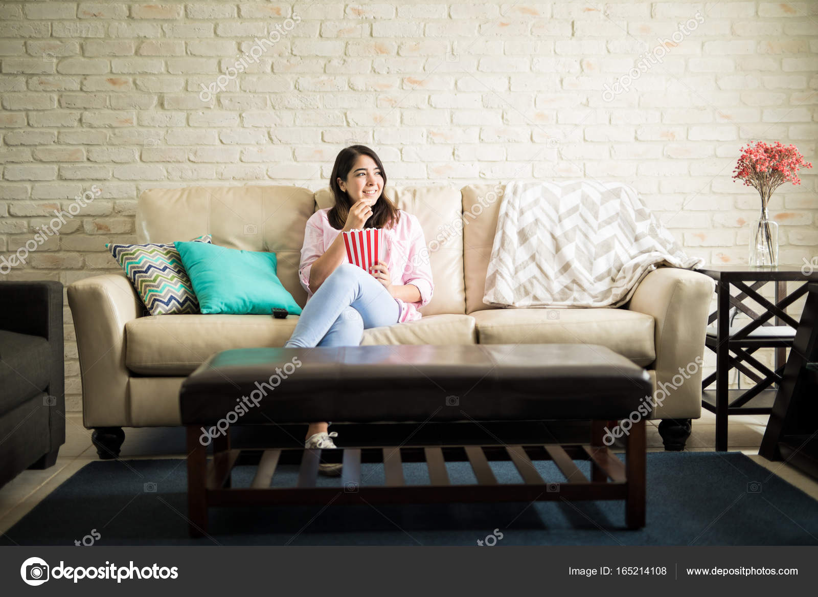 Frau Auf Der Gemütlichen Couch Stockfoto Tonodiaz 165214108