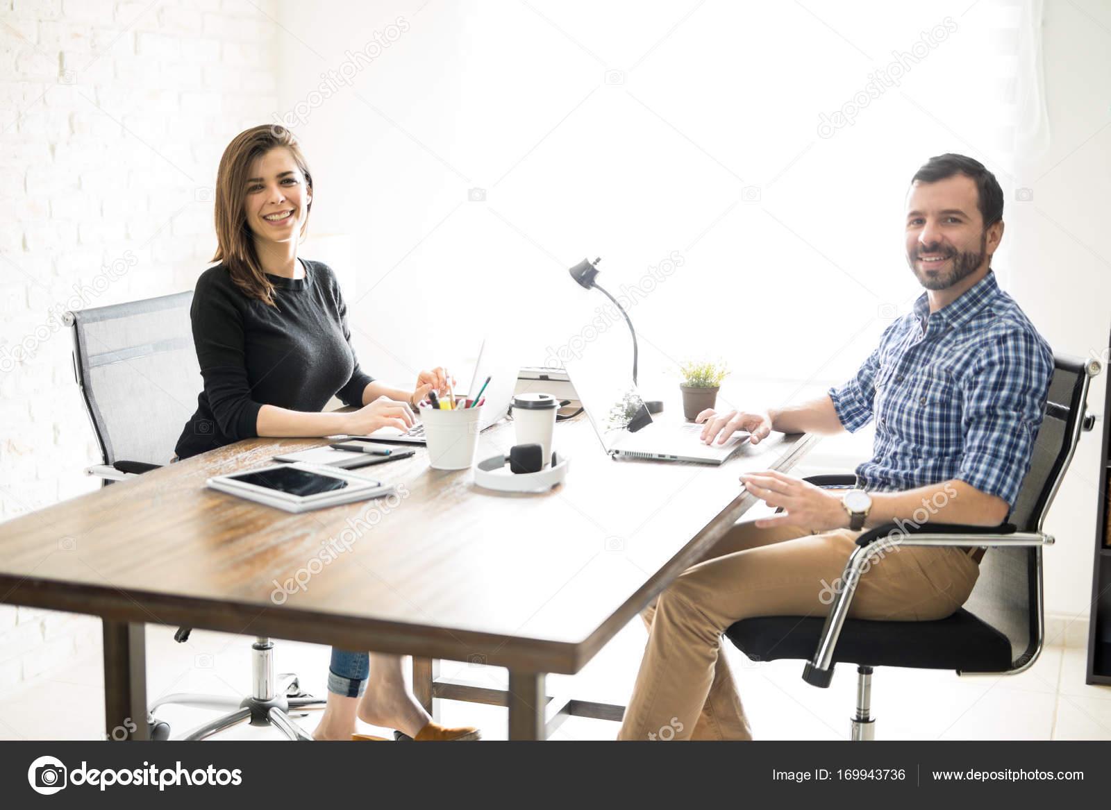 Ufficio In Latino : Partner d affari latino in un ufficio u foto stock tonodiaz