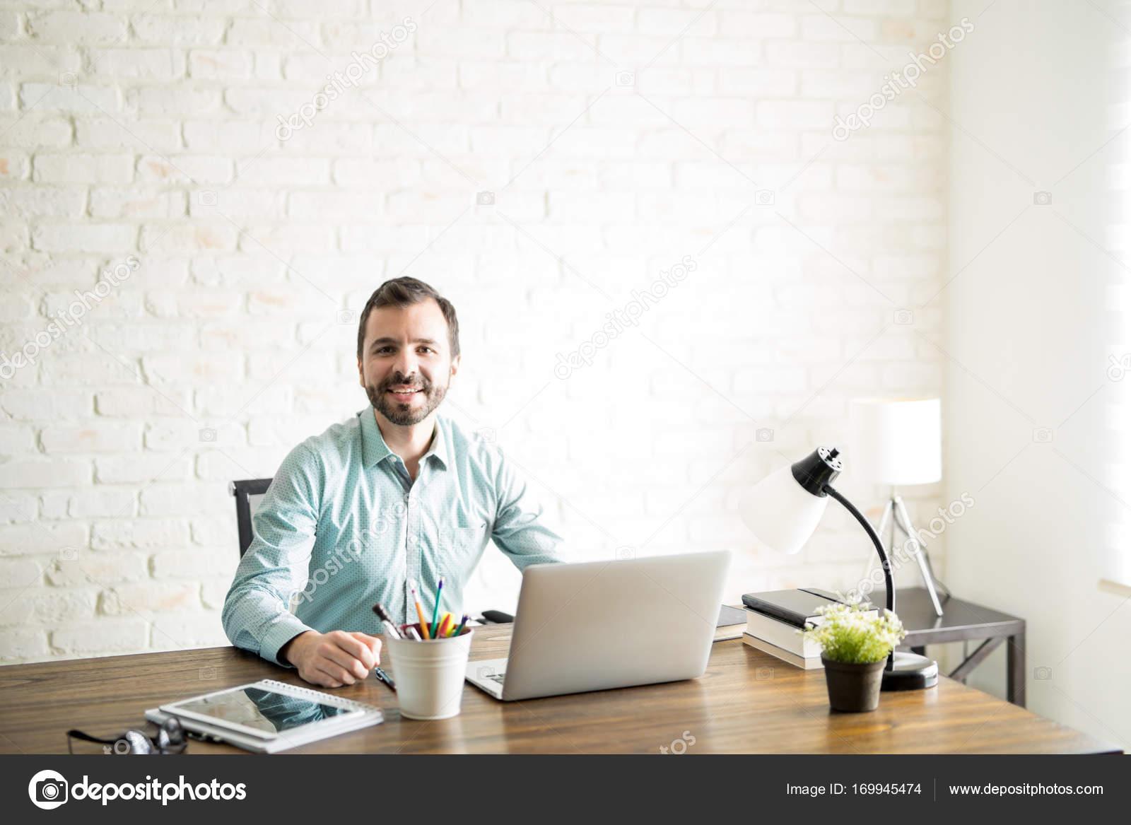 Ufficio In Latino : Uomo bello latino al lavoro u foto stock tonodiaz