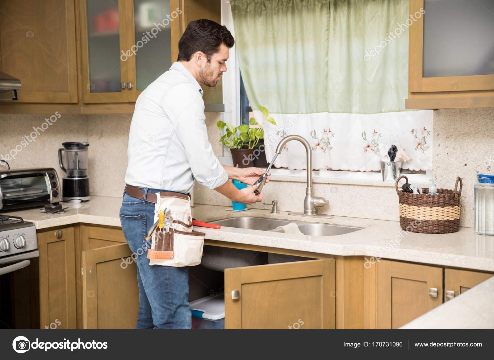 Mann eine Küchenarmatur Reparatur — Stockfoto © tonodiaz #170731096