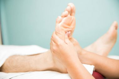 Relieving foot arch pain in a spa