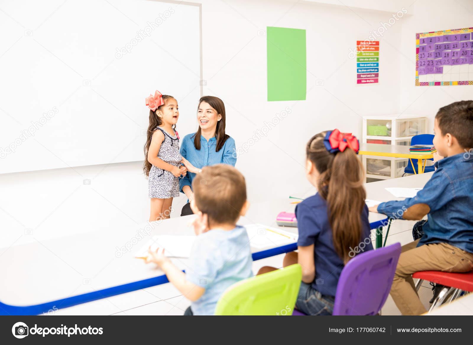 Piękna Mała Dziewczynka Uczestniczących Klasie Recytując
