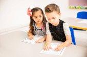 Aranyos kis óvodás, néhány választ másolása egy osztálytársa rövid idő csinálás a matematika gyakorlat osztály