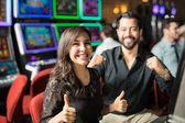 Roztomilý pár jít do kasina pro datum a některé baví hrát sloty
