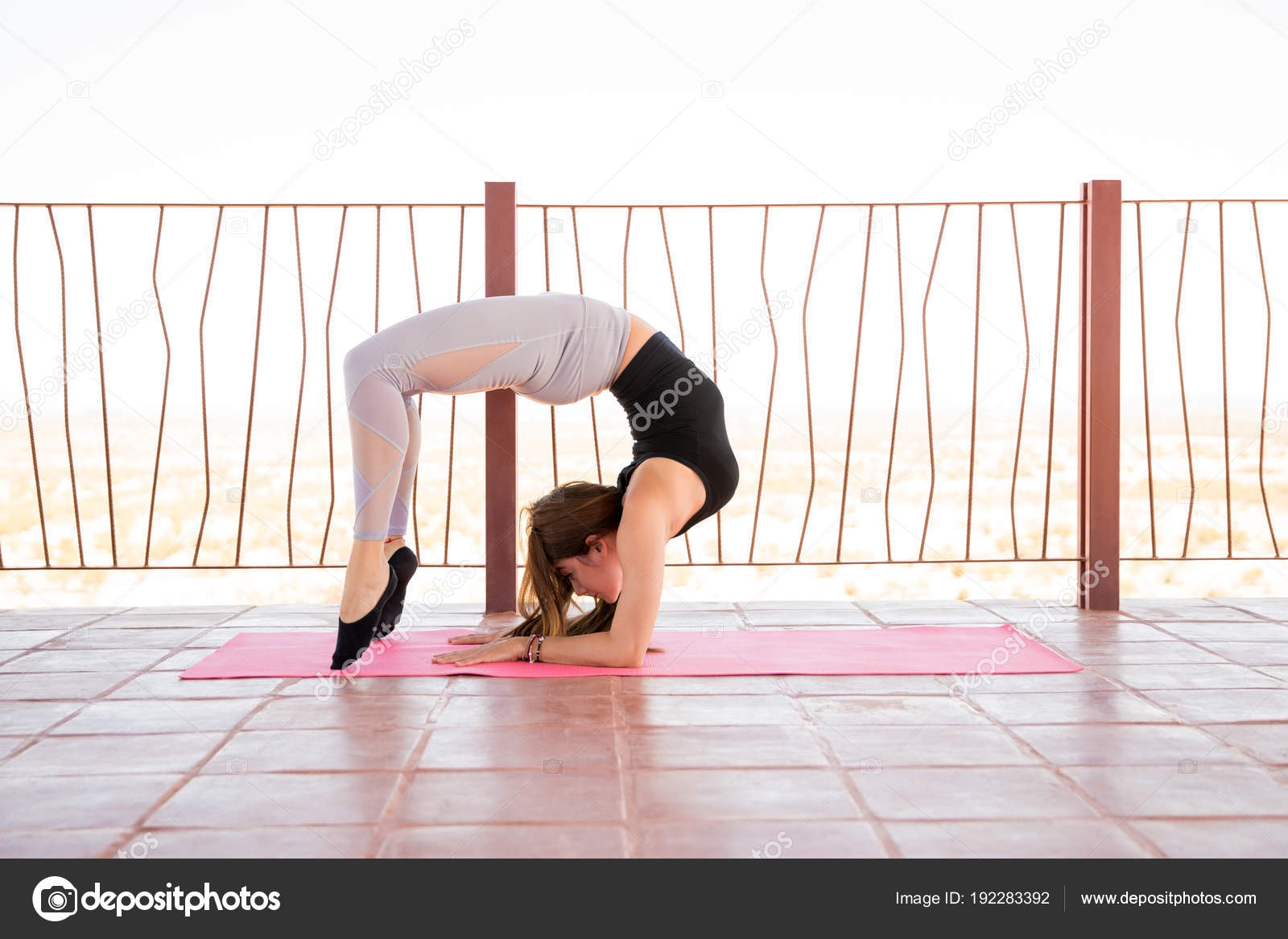 a98e5afffb928 Portrait Young Woman Doing Scorpion Pose Maintaining Balance Her Yoga —  Stock Photo