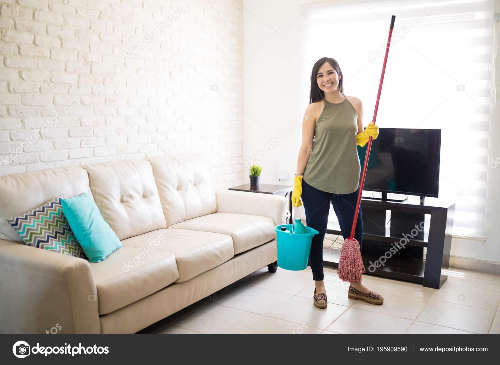 Fröhliche Hausfrau Mit Reinigungsgeräte Wohnzimmer Stehen