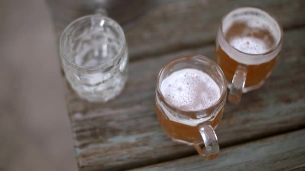 Pomalé záběrem nad horní části čerstvě natočeného piva v hospodě zahradní stůl
