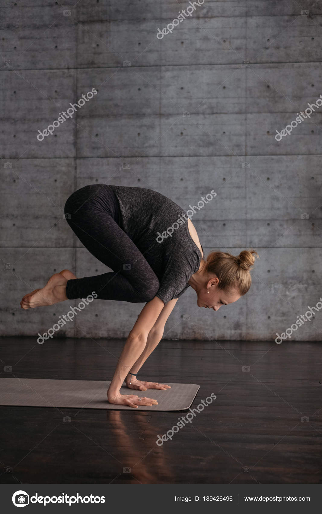 531d7763fc53 Young Flexible Sporty Woman Handstand Pose Practicing Yoga Grey Yoga —  Stock Photo