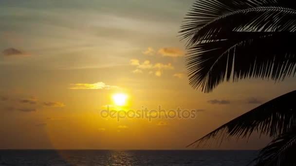 západ slunce nad tropickou pláž