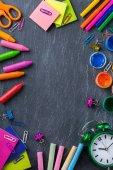 Sortiment z školní potřeby, tužky, pastelky, křídy