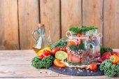 Zdravá Veganská salát v mason jar s fazolemi
