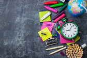 Schreibwaren, Zubehör, Bleistift, Stift, Notiz auf Grunge-Tafel