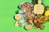 Vyvážený výživový koncept pro nízkopurinovou stravu a dietu k zastavení dny. Sortiment zdravých složek potravin pro vaření na kuchyňském stole