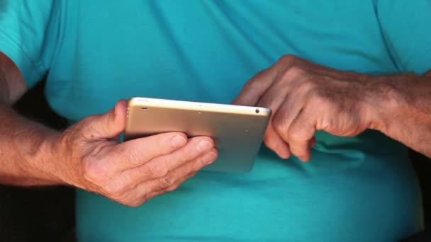 Nahaufnahme der alten Mann ist eine elektronische Tablet verwenden.