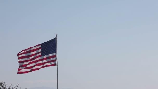 Amerikai és Usa zászló Unió integet kék felhős ég előtt