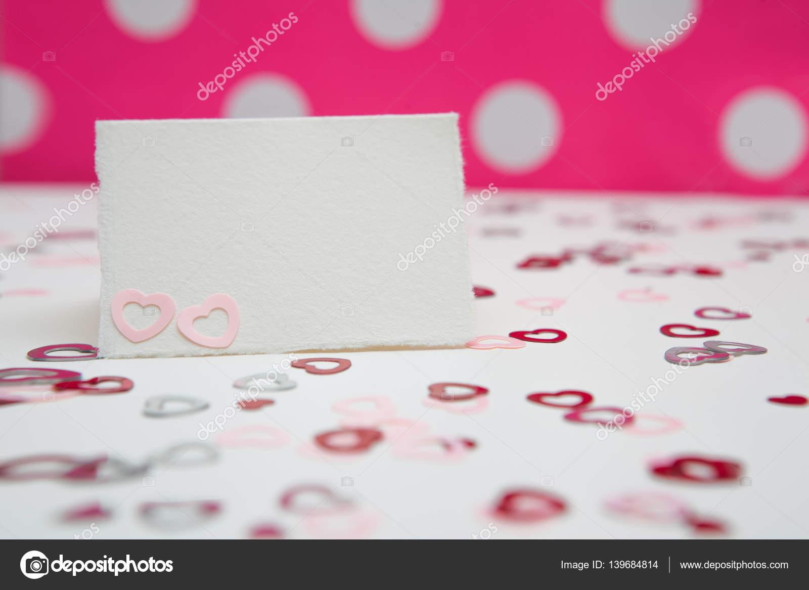 Cartolina Dauguri Su Sfondo Bianco E Rosa Con I Cuori Giorno Di