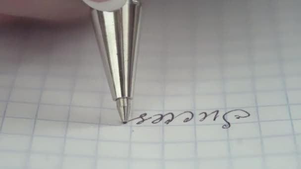 Stift schreibt einen Brief auf Papier. Nahaufnahme. geringe Schärfentiefe