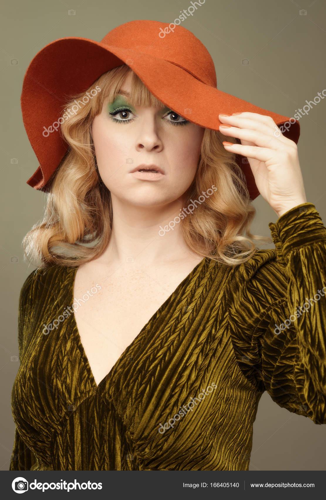 frau gekleidet in siebziger jahre vintage mode in herbstlichen farben foto von