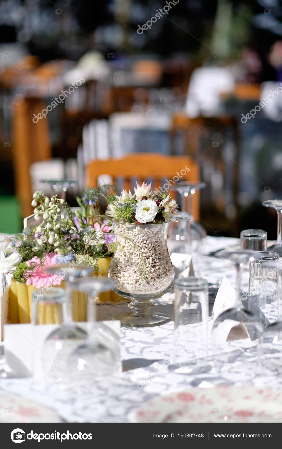 Hochzeits Event Blumen Ornamente Auf Einer Weissen Hochzeit Tisch