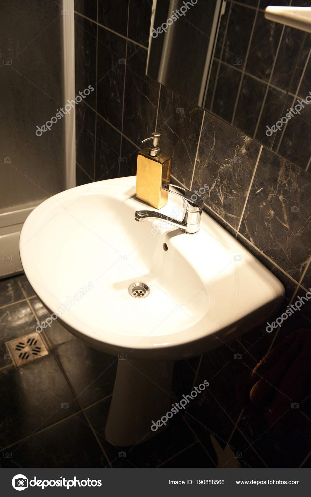 Accesorios Baño Diversos Accesorios Como Lavabo Cabina Ducha Dentro ...