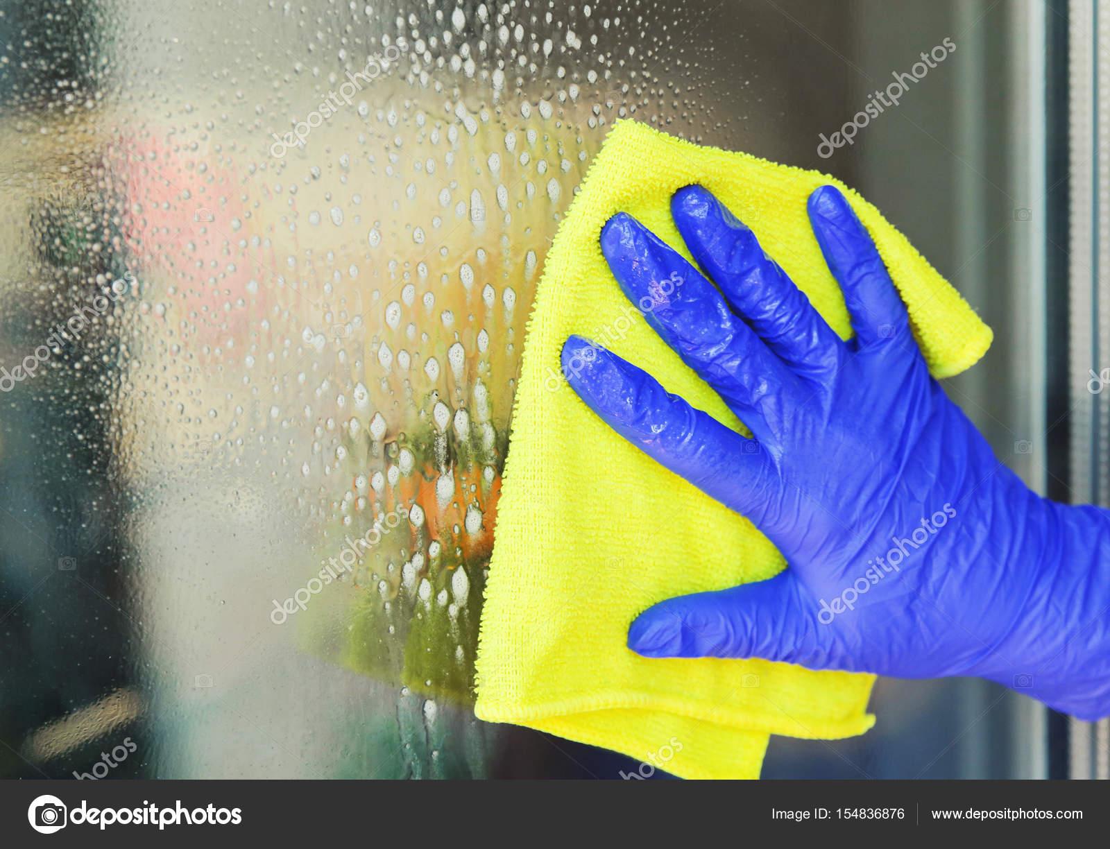 Innenarchitektur Fenster Reinigen Beste Wahl Frau Ein Mit Gelben Tuch Reinigen. Instagram