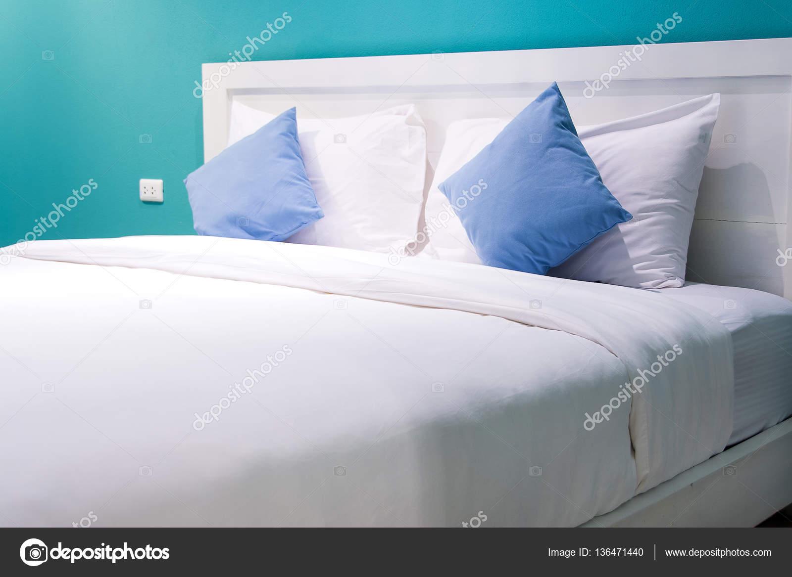 Letto Con Schienale Morbido : Cuscini bianchi e blu su un morbido confortevole letto u foto