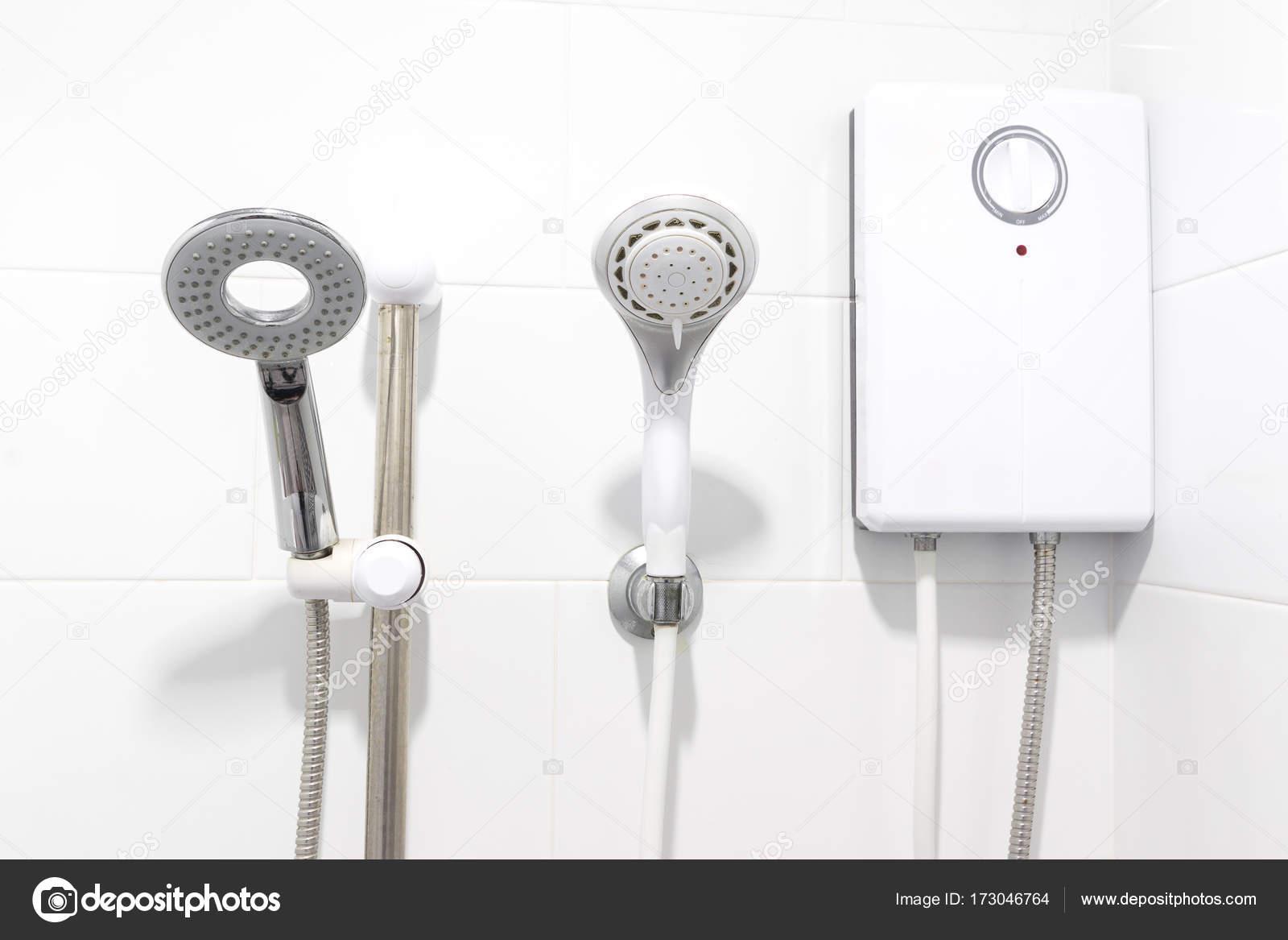 Durchlauferhitzer Badezimmer, dusche und durchlauferhitzer im weißen badezimmer — stockfoto, Design ideen