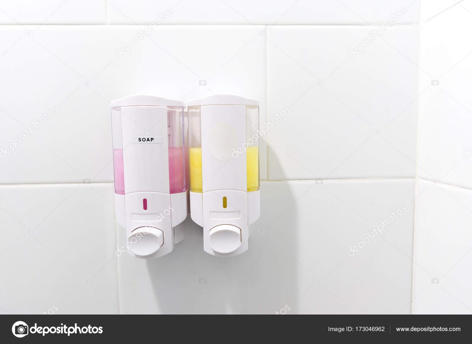 Bomba de ducha montaje pared champú y dispensadores de jabón en el baño–  imagen de stock 57e96c7bab45
