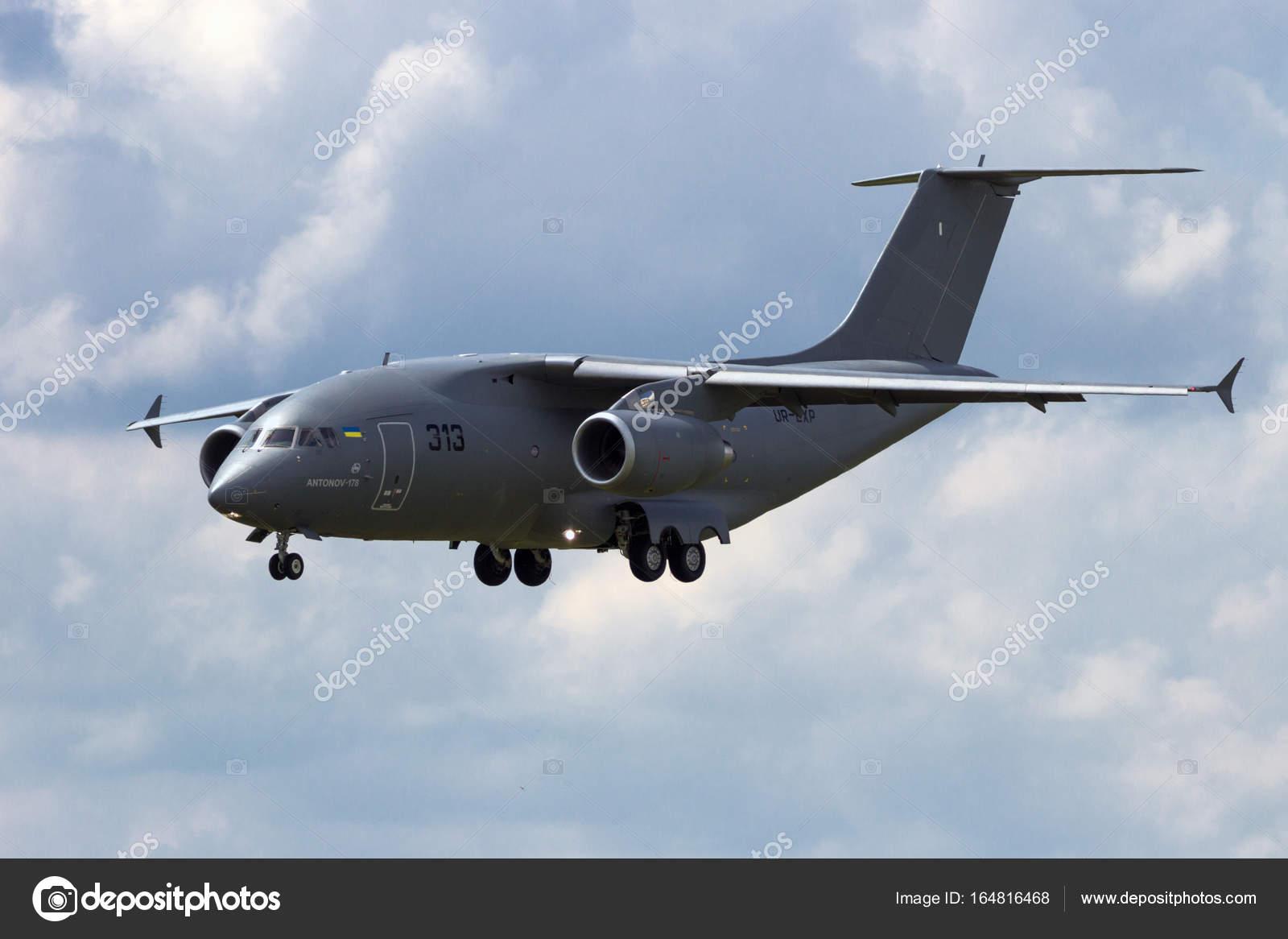 Берлин - 2 июня 2016: Антонов АН-178, ближней средне воздушных  военно-транспортный самолет, около к земле во время авиашоу Ila Berlin на  Аэропорт ...