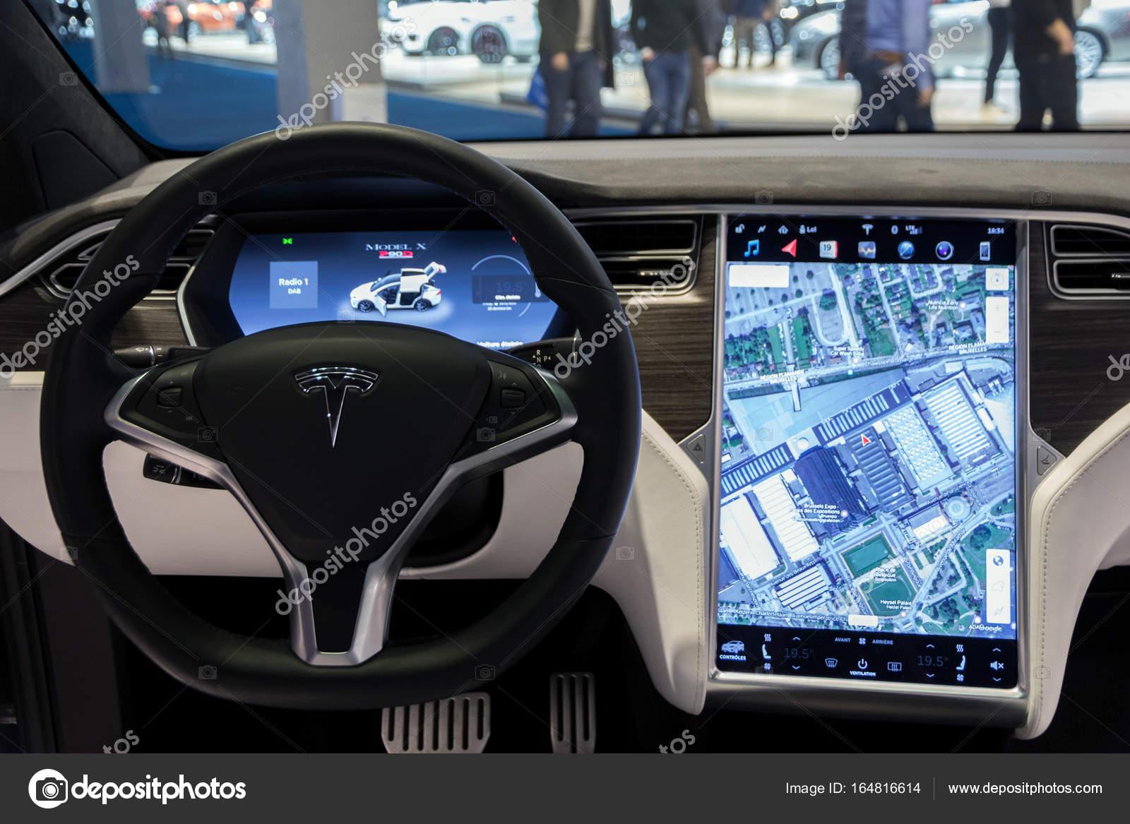 Tesla model x interieur autonavigatie u2013 redactionele stockfoto