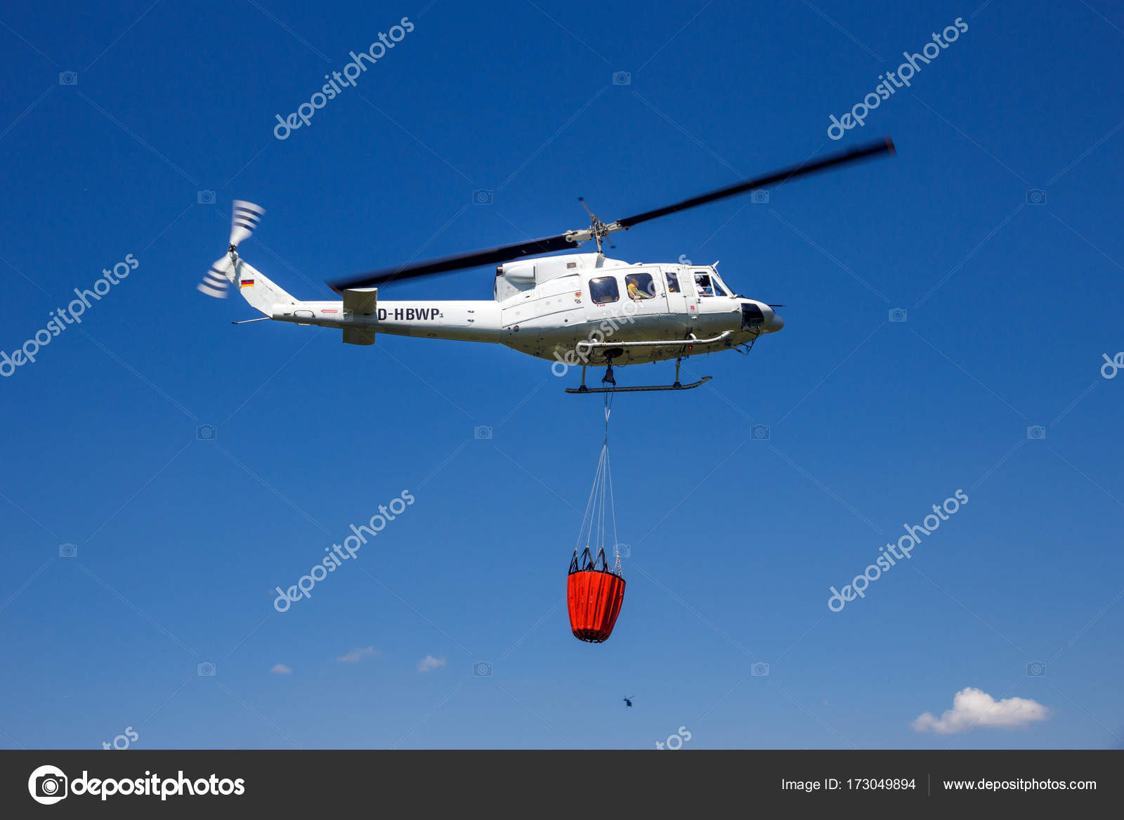Elicottero Usato : Ahlen germania giugno 2016 bell 212 elicottero con secchio acqua