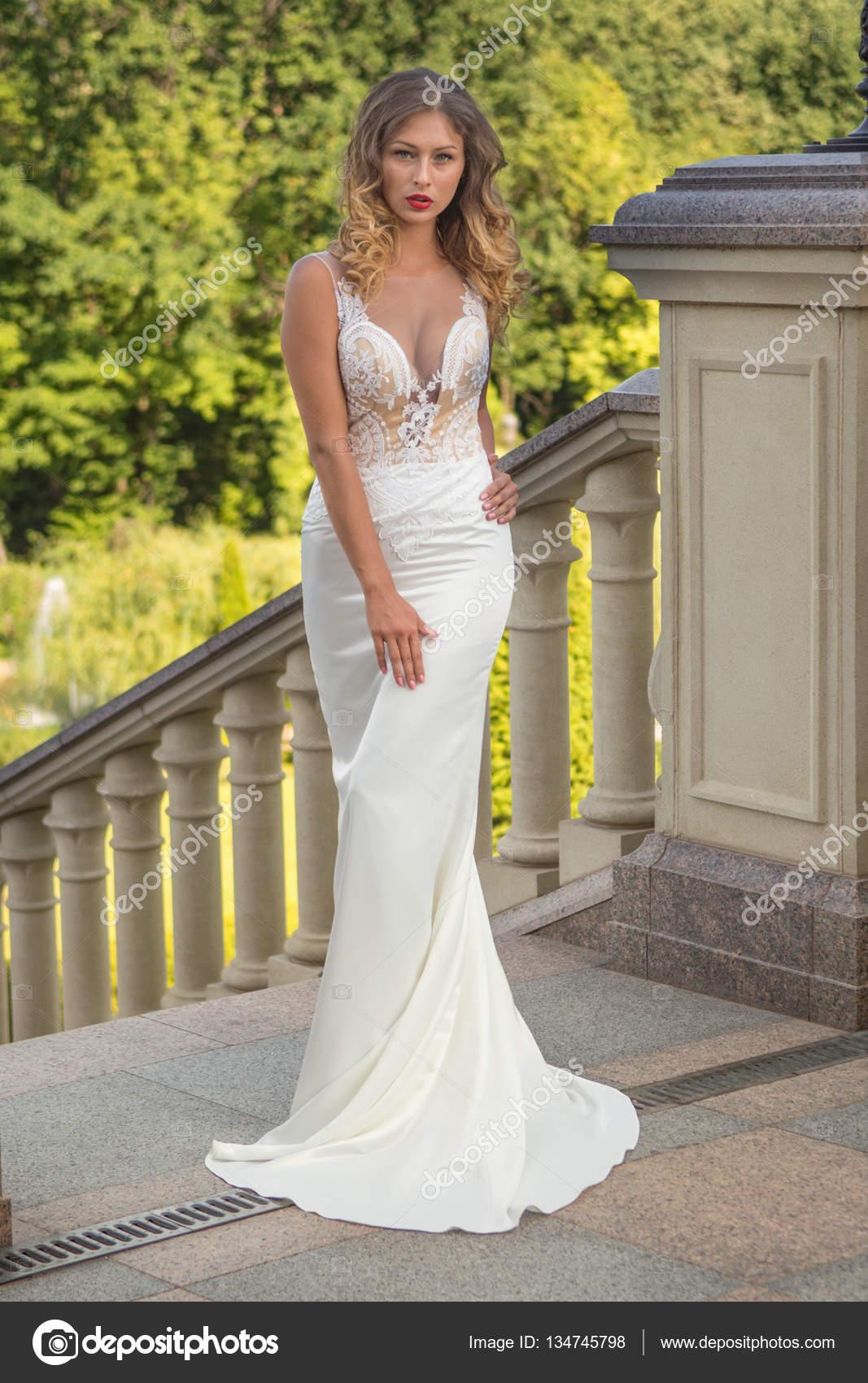 Schöne Braut in weiß Hochzeit in außerhalb des Herrenhauses ...