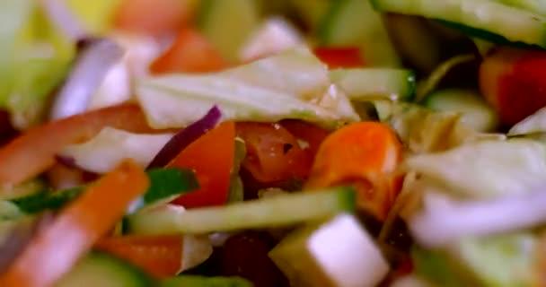 Řecký salát s čerstvou zeleninou a balkánským sýrem míchání