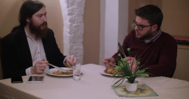 dva muži na obědě v restauraci