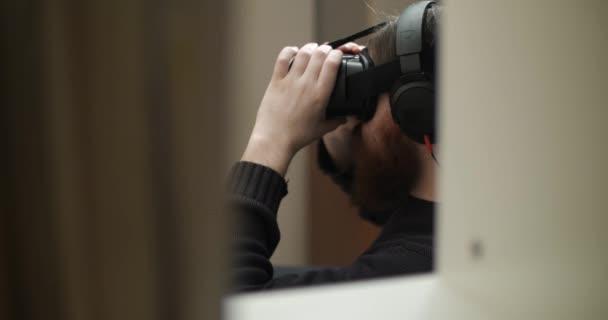 Vousatý muž šaty virtuální realita brýle