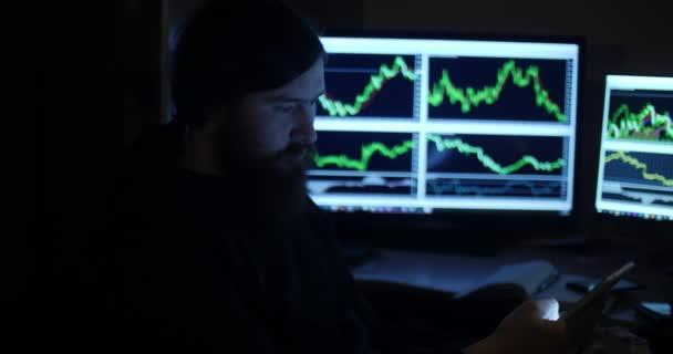 Un hombre trabaja con tablas en un cuarto oscuro — Vídeo de stock ...