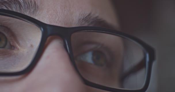 Detail mladé ženy oko v brýlích.