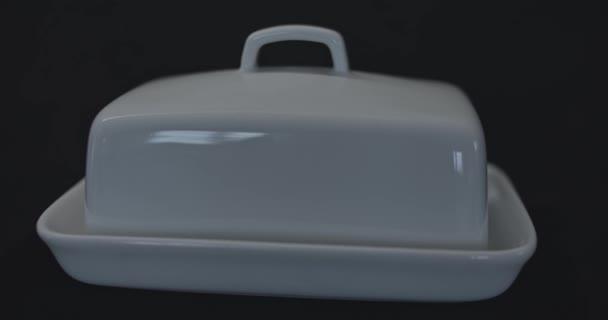 Keramische Butterschale auf schwarzem Hintergrund