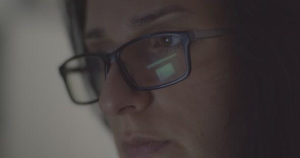 Žena, která pracuje dlouho do noci ve své kanceláři. Detailní záběr krásné asijské ženy pracující na počítači, velmi šťastná póza, nošení brýlí. Moderní globální propojený obchodní koncept.