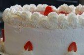 Fotografie Köstliche Party-Torte mit Erdbeeren