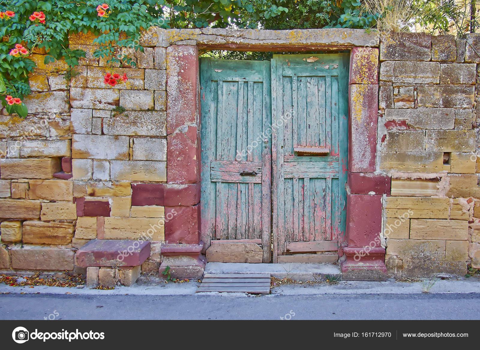 puerta en fachada de piedra de la pared de la casa vintage Fotos