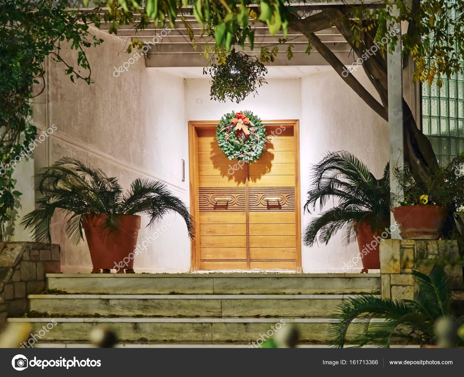 Huis ingang kerst nacht weergave u stockfoto dimitriosp