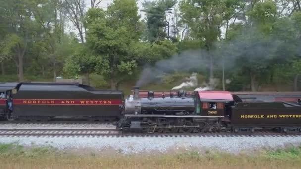 Strasburg, Pensylvánie, říjen 2019 - Letecký pohled na parní lokomotivu Osobní vlak Pomalu se projíždí parním nákladním vlakem s kouřem a párou