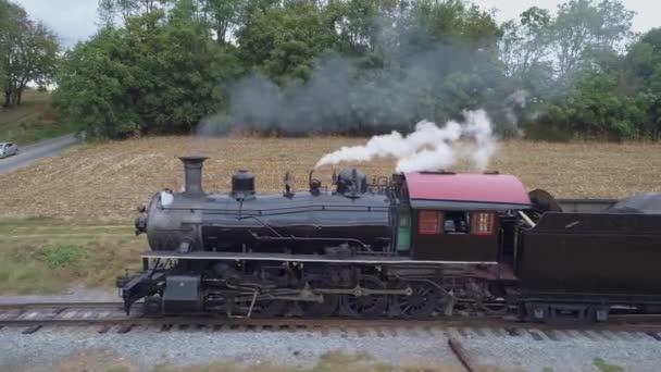Sériové uzavření parní lokomotivy Nákladní vlak Pomalu vyjíždí z jízdy s kouřem a párou