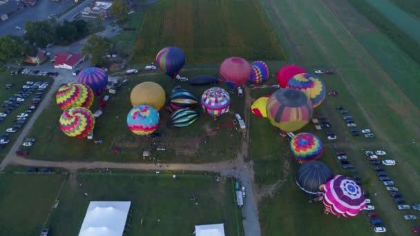 Levegő lefelé néz több hőlégballon kora reggel felszáll a napra egy fesztiválon egy napos nyári napon a pennsylvaniai vidéken