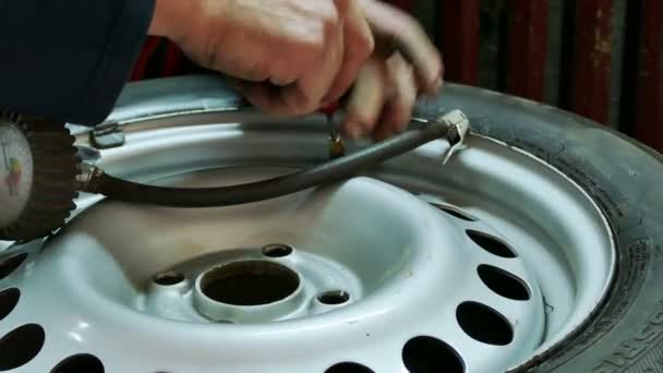 Kontrola tlaku v pneumatikách aut