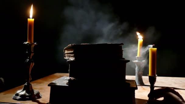 Staré knihy o stůl při svíčkách