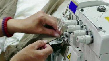 Šicí stroj v továrně jímky