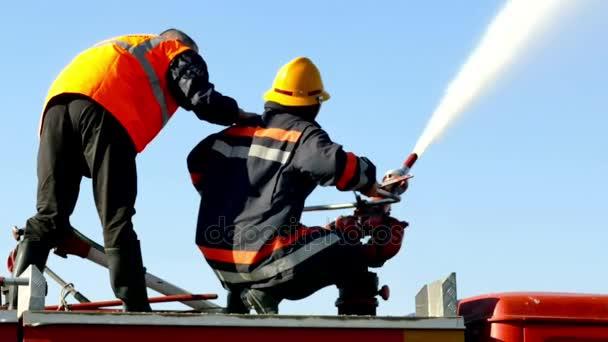 Zrenjanin; Srbsko; 10.19.2017.FireFighters zásahy; Dva hasiči uhasili oheň s vodním dělem z hasičské auto